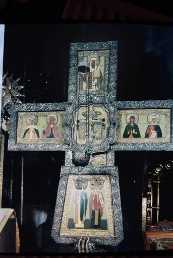 croix avec représentation des saints patrons de la famille de l'Empereur Nicolas II avec au centre la Crucifixion et sa lanterne