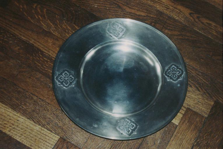 Plat circulaire orné de quatre motifs cruciformes