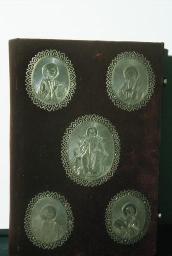 Livre des Apôtres, plat de couverture orné de cinq médaillons en argent, appliqués : le Christ et les quatre Evangélistes