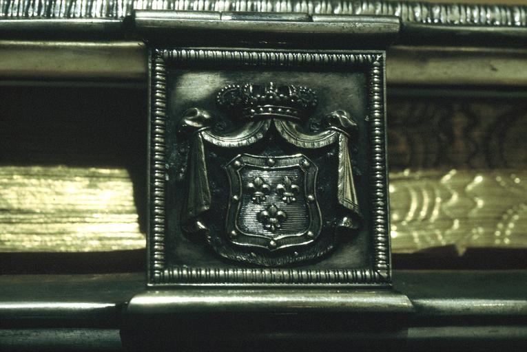 manuscrit : évangéliaire, fermoir, blason aux trois fleurs de lys et dais couronné