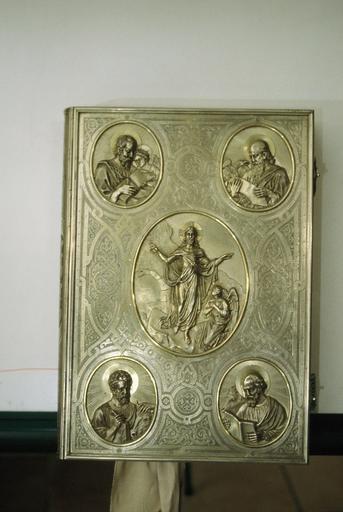 couverture d'évangéliaire, en argent, plat orné de cinq médaillons : le Sauveur adoré par un Ange et les quatre évangélistes