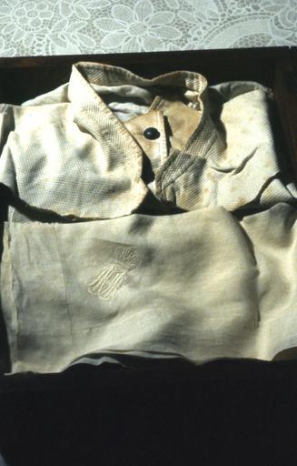 Souvenirs du Tsar Alexandre II : chemise et gilet portés lors de l'attentat du 13 mars 1881 avec trois mouchoirs à son chiffre
