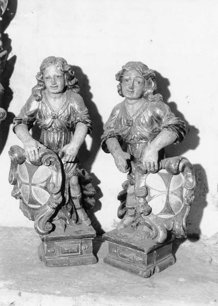 Paire d'anges (statuettes) portant le blason de l'Ordre des Trinitaires