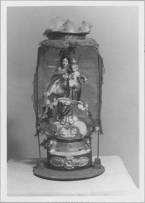 statuette : Vierge à l'Enfant sous globe, vue générale