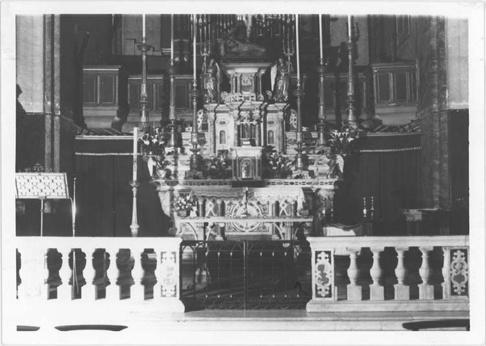 Clôture de choeur : appui de communion