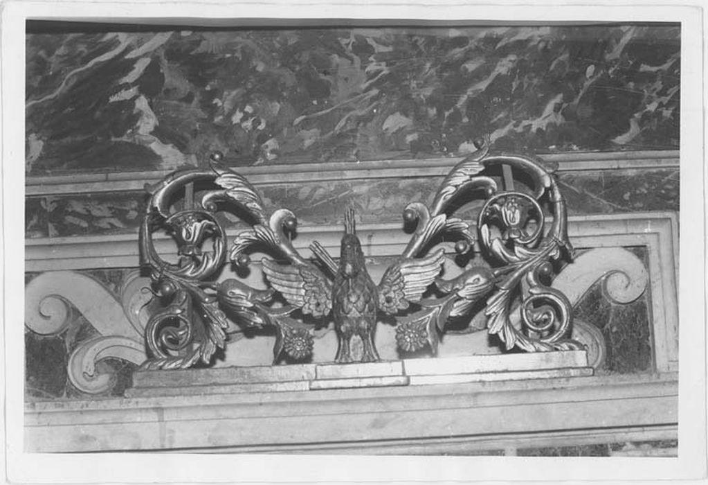 chandelier : porte-cierges au pélican, vue générale
