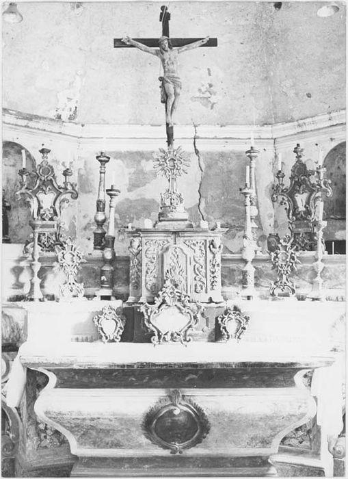 ensemble du maître-autel : autel, 2 gradins d'autel, tabernacle et statue : Christ en croix, vue générale