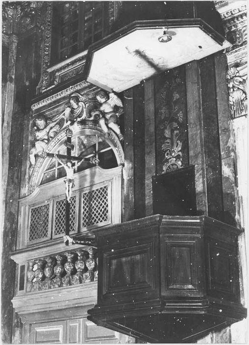 Chaire à prêcher et statue : Christ en croix