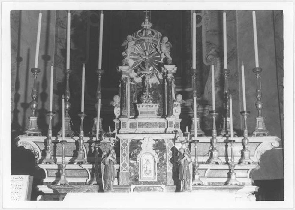 Garniture du maître-autel : 14 chandeliers, croix d'autel, 2 statuettes d'anges porte-flambeaux et 3 canons d'autel