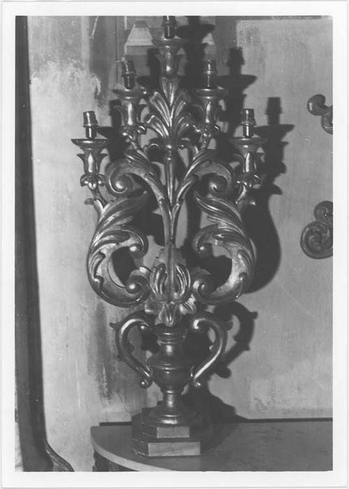 Quatre chandeliers d'église (pyramides d'autel)