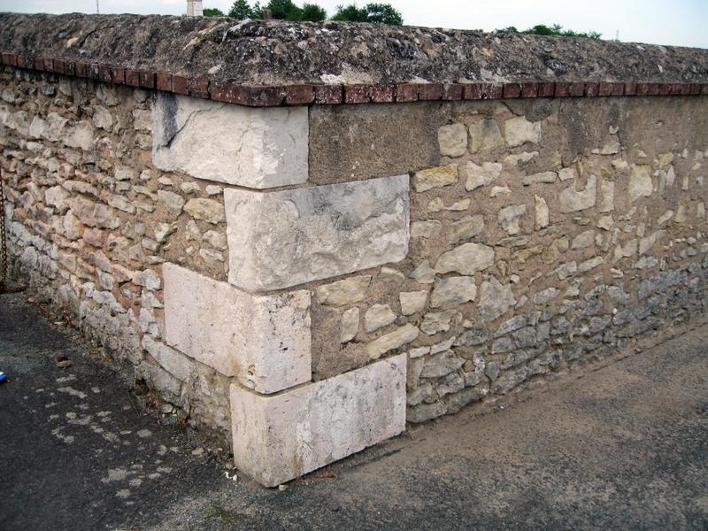 Mur de clôture. Chaîne d'angle du mur de clôture du cimetière.