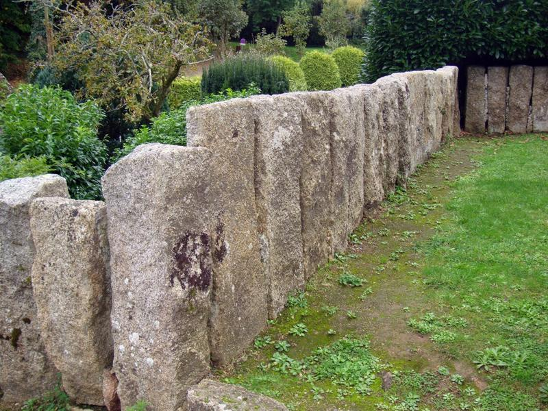 Mur de clôture. Mur de clôture en pierres debout.