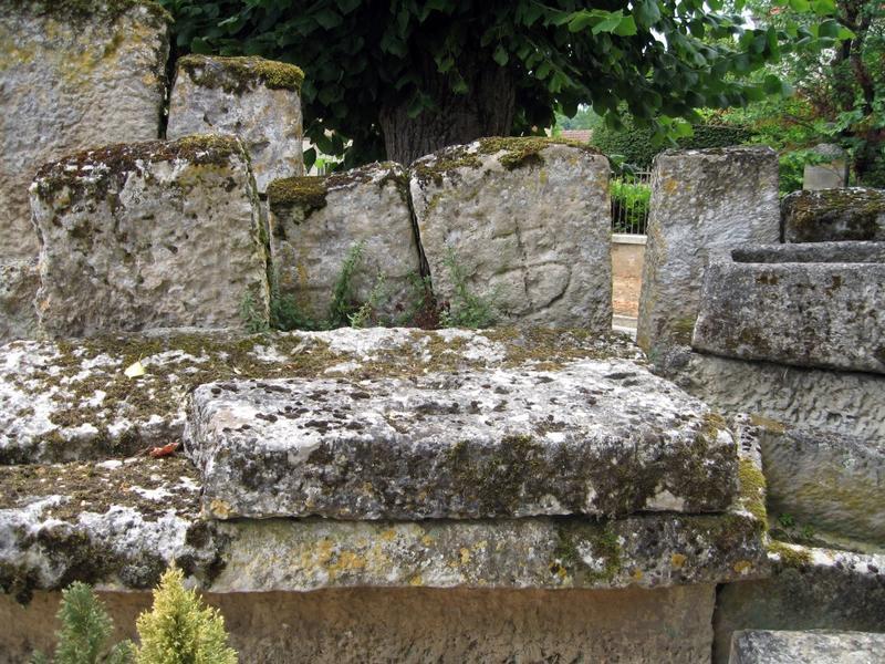 Mur de clôture. Mur de clôture en récupération de couvercles de tombeaux.