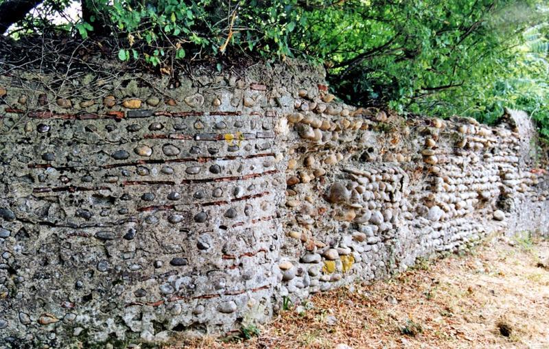 Mur de clôture. Mur de clôture en galets de l'Adour et tuiles plates.