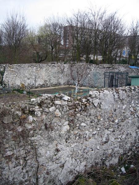 Mur de clôture. Murs en plâtre, vue d'ensemble.