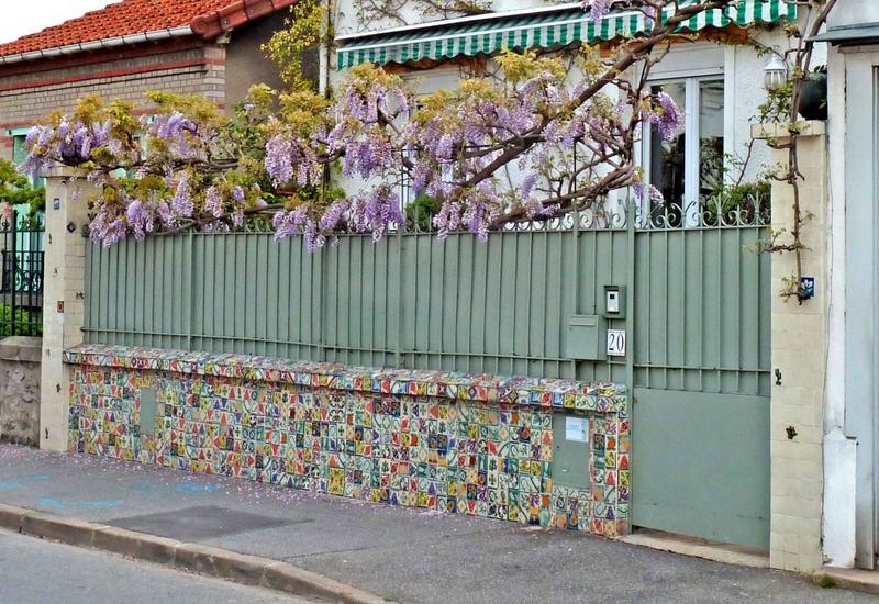 Mur de clôture. Mur de clôture en faïence.