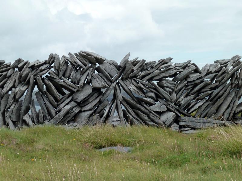 Mur de clôture. Entassement de pierres sèches.