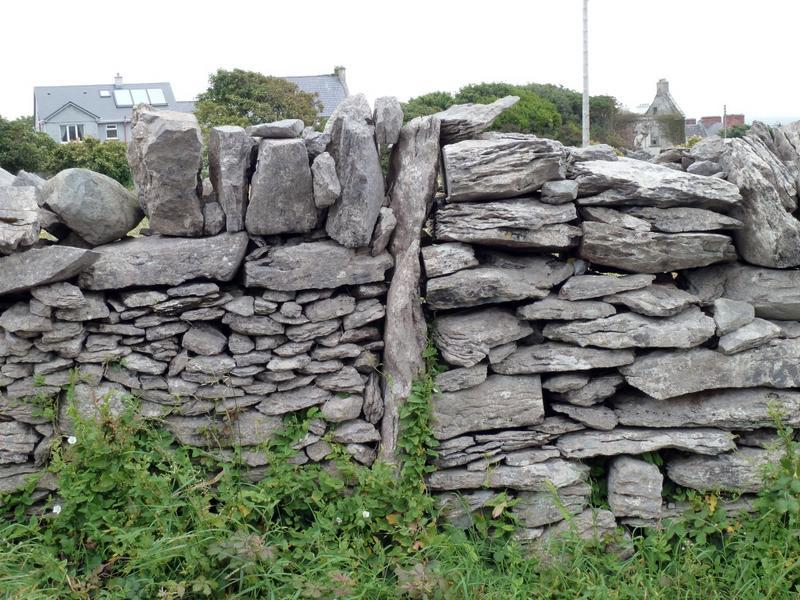 Mur de clôture. Limite entre deux propriétés.