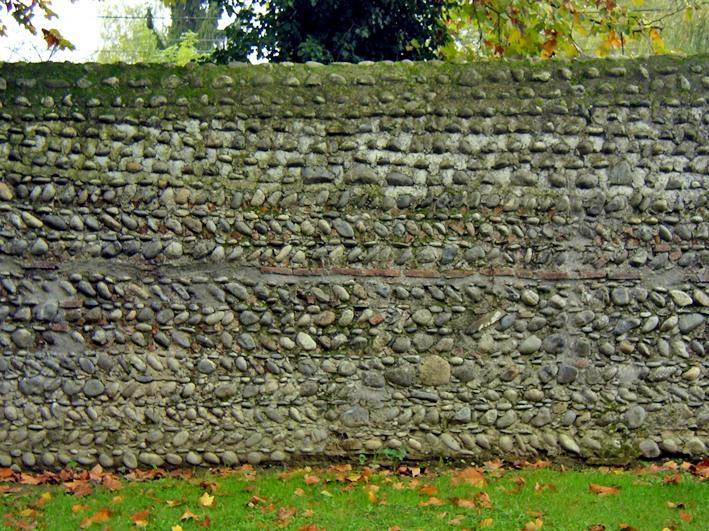 Mur de clôture. Galets en feuilles de fougère.
