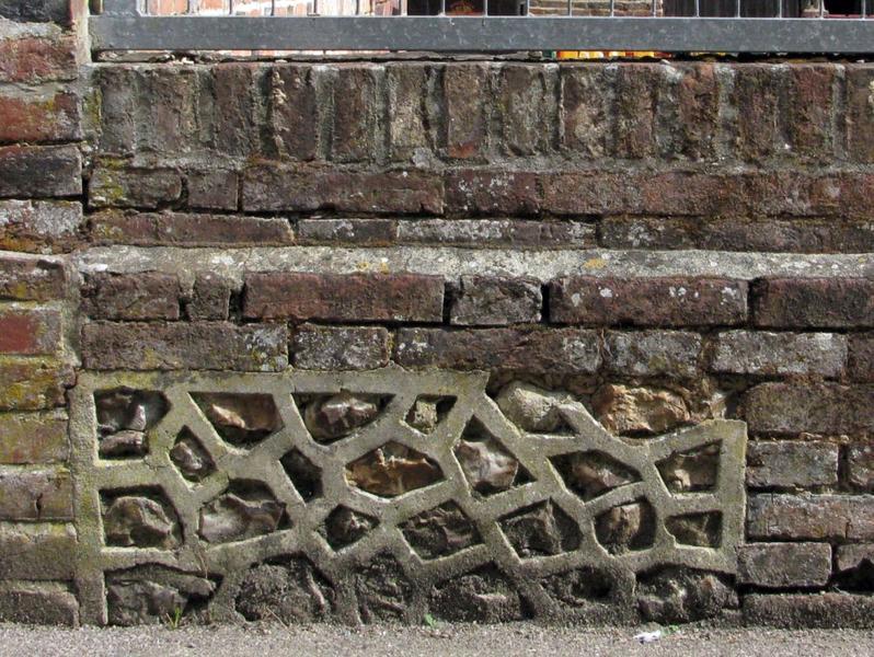 Mur de clôture. Joints en saillie.