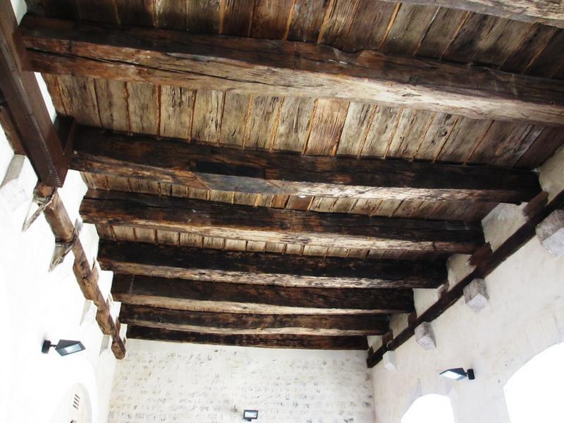 Salle au rez-de-chaussée. Plafond  à solives passantes