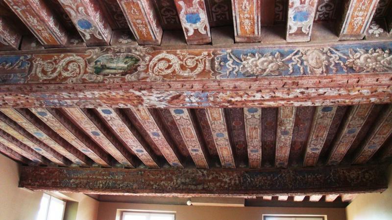 Salle est, 1er étage. Plafond à poutres et solives peintes