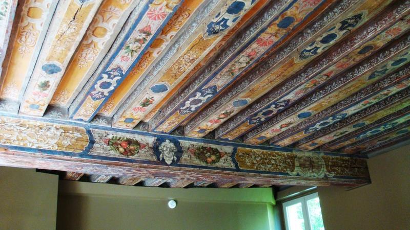 Salle ouest, 1er étage. Plafond à poutres et solives peintes