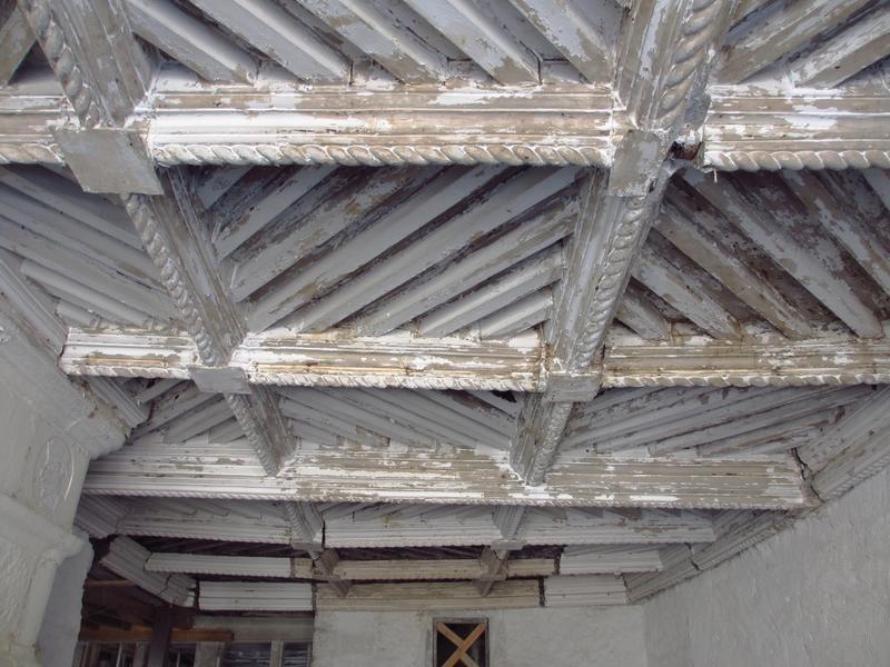 Salle sur rue, 1er étage. Plafond à la fougère