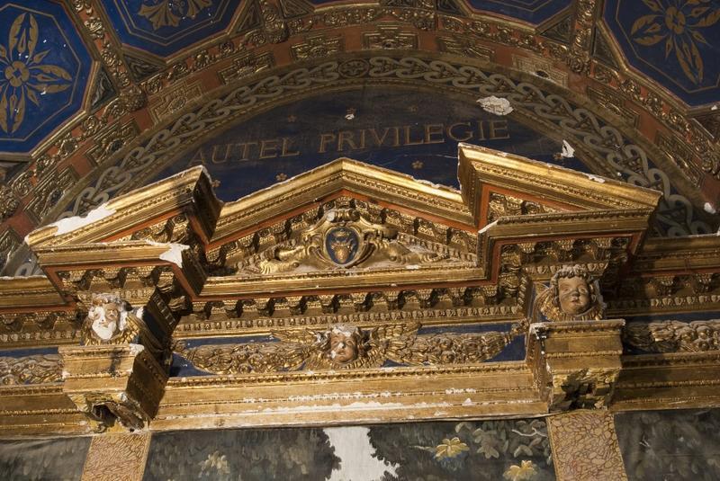 Fronton du XVIIe siècle, côté ouest de la chapelle.