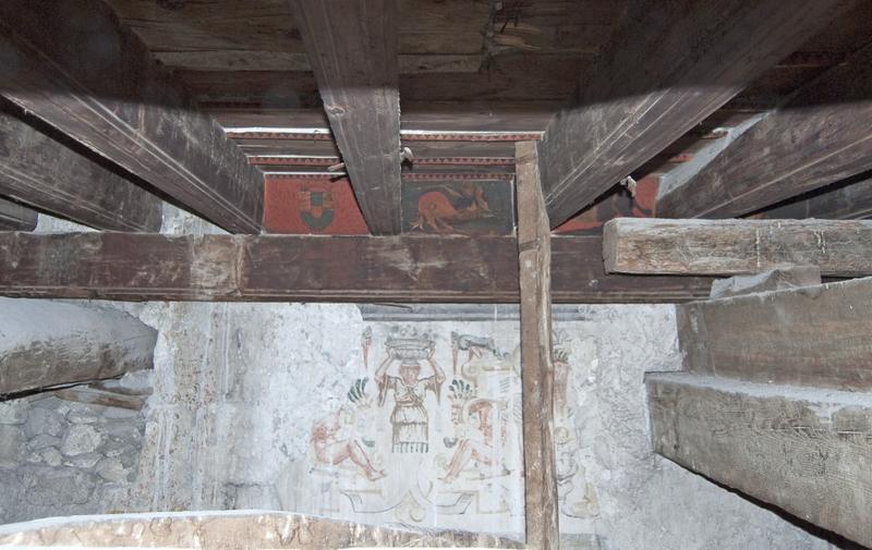 Plafond du XVe siècle, vue des solives des poutres secondaires, des poutres principales, des closoirs et des peintures murales.