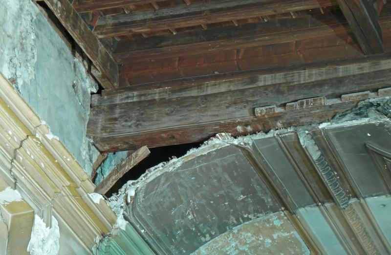 Plafond du XVe siècle et arrêt du plafond du XVIIe siècle démoli partiellement.