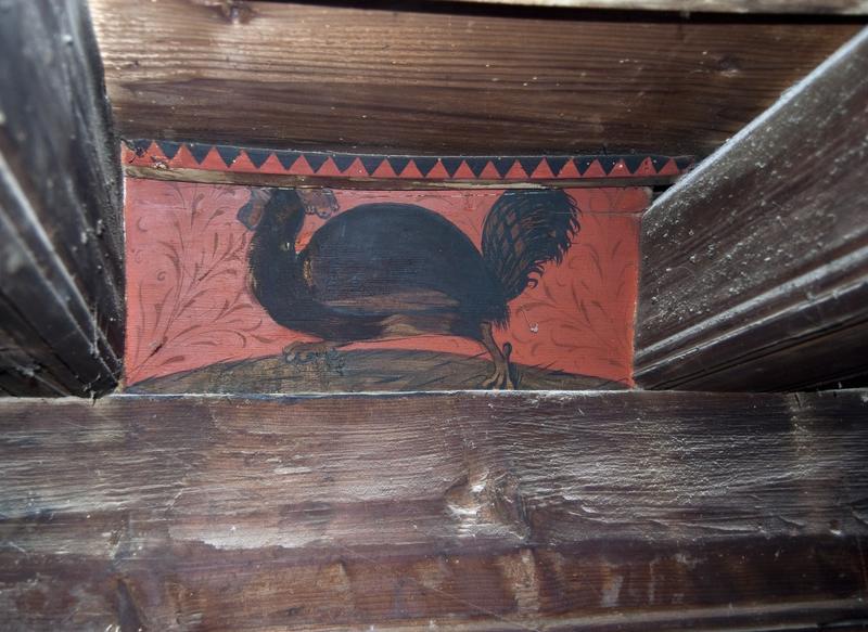 Closoir portant une peinture d'un coq.