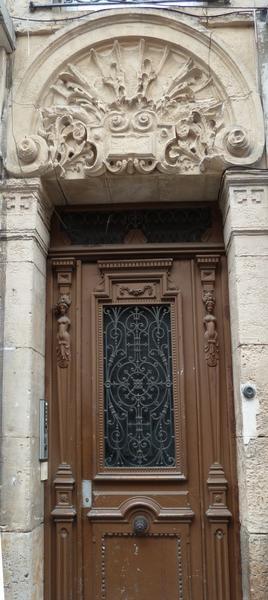 Porte d'une habitation construite à la fin du XIXe siècle, décor éclectique