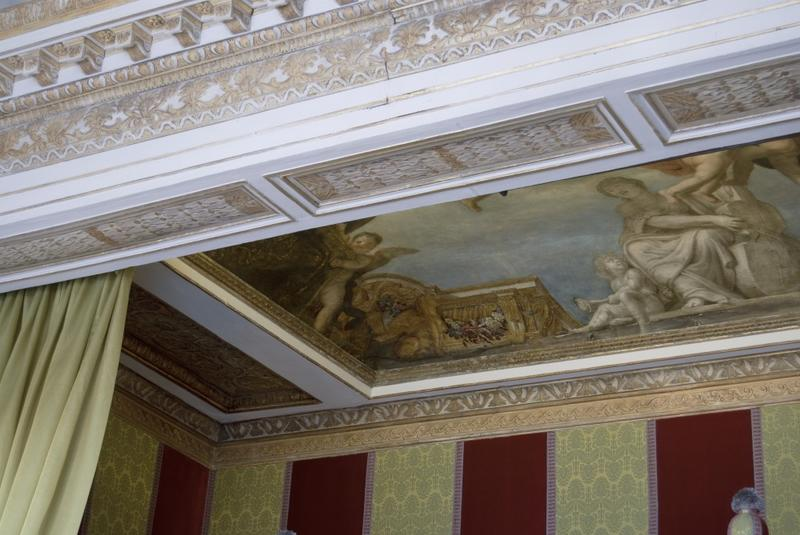 Architrave et plafond de l'alcôve.