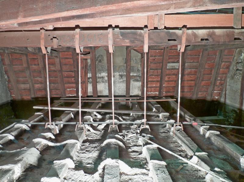 Extrados du plafond de la coupole: portique et suspentes vue depuis l'ouest.