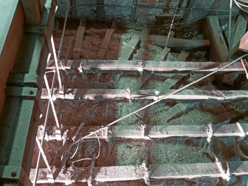Extrados du plafond de la coupole: portique et suspentes vue de dessus, quart sud-ouest.