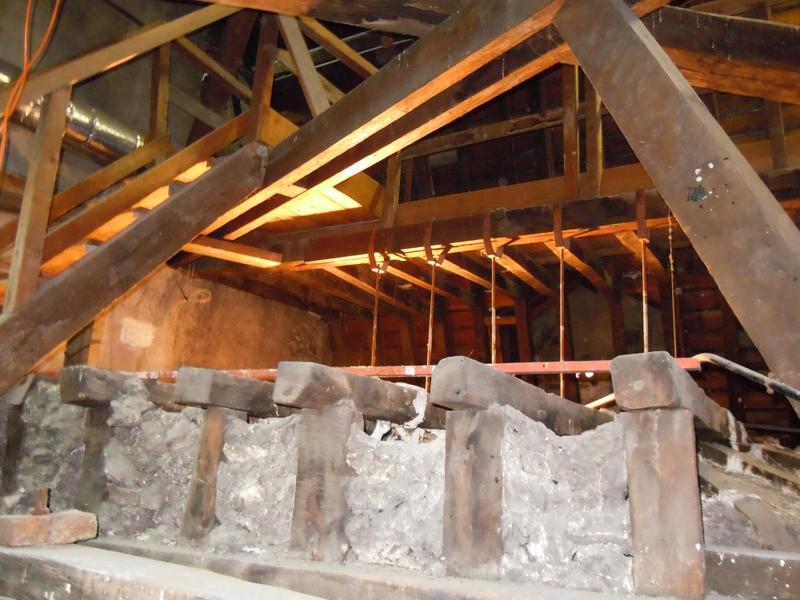 Extrados du plafond de la coupole: potelets des portiques côté ouest.