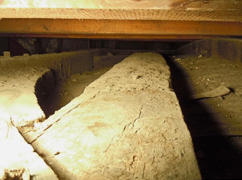 Extrados du plafond de l'alcôve: vue de la structure bois et du lattis de la voûte surbaissée.