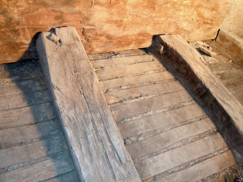 Extrados du plafond de l'alcôve: détail du coté nord de la structure bois et du lattis de la voûte surbaissée.