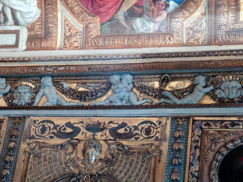 Chambre de Parade. Plafond à voussures, côté est, vue des décors peints et des sculptures en plâtre.