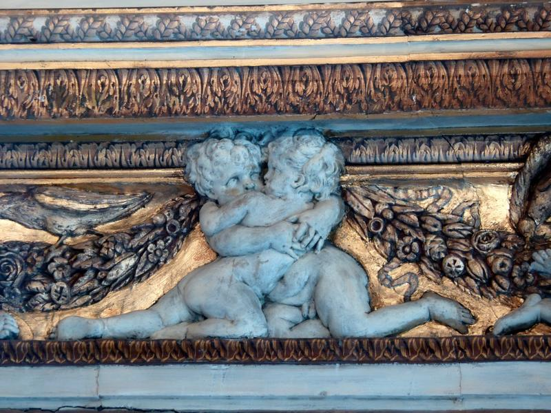 Plafond à voussures, détail sur des sculptures de chérubins en plâtre.
