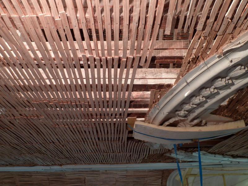 Plafond à voussures, vue du motif central et du lattis.