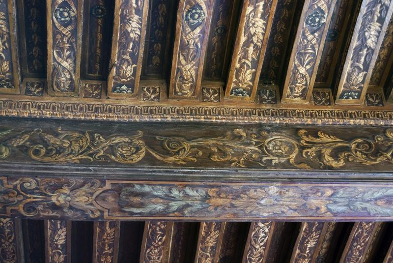 Salle des Gardes. Plafond: détail d'une poutre et des solives