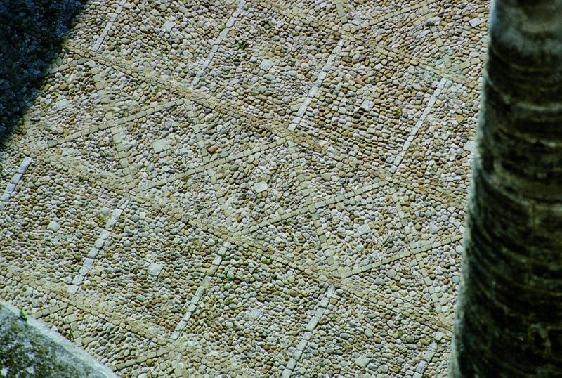 Calade, vue du traitement du sol du parvis vu du haut de la cathédrale