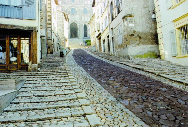 Calade, vue du traitement du sol des rues avoisinant la Fontaine des Tables dite aussi Fontaine de l'Ange.
