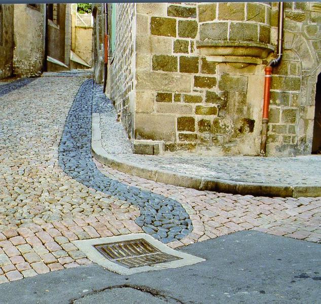 Calade, vue du traitement du sol des rues dans les parties courbes.