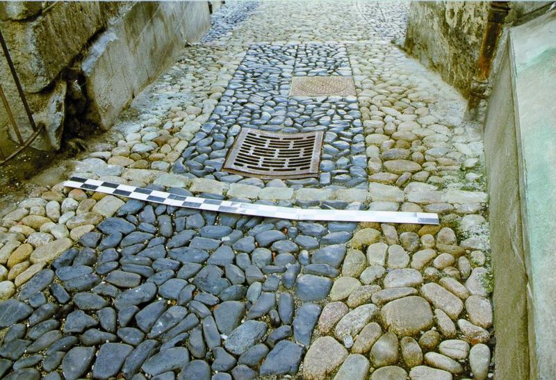 Calade, vue du traitement du sol des rues et de l'écoulement des eaux de pluie.