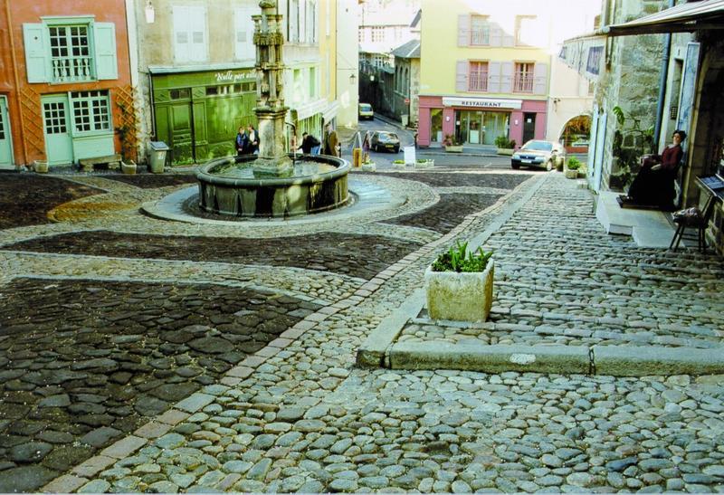 Calade, vue du traitement du sol autour de la Fontaine des Tables dite aussi Fontaine de l'Ange.