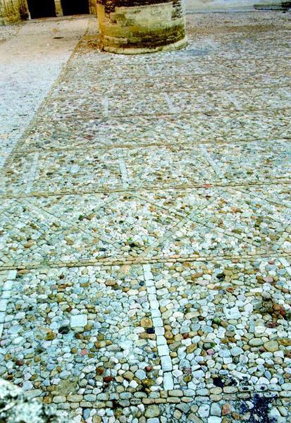 Calade, détail du traitement du sol avec l'alternance de losanges et de carrés séparés par des bandes de quartz rouge.