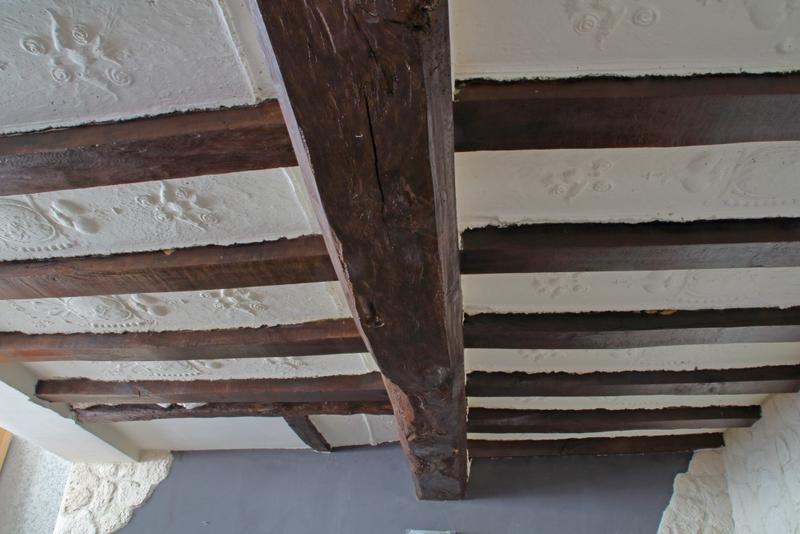 Plafond à entrevous en plâtre décoré. Vue d'ensemble vers l'est.